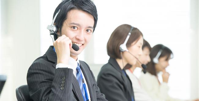 求人情報を見てみると必ずと言っていいほど目にする、コールセンターの仕事。大手の会社の仕事には興味があるけれど、入社となると難しそうなど思う方も少なくないのではないでしょうか。 コールセンターは大手の会社が多く、そのためダイバーシティに合わせた働き方を取り入れている企業がほとんどで、直雇用のパートアルバイト、契約社員、社員他、派遣社員、派遣会社も数社対応されているもあり、働く時間帯も配属先によって選ぶことができるのも特徴です。 ●派遣社員としてコールセンターで働く コールセンターでは一般的にオペレーター(電話業務)、配属先によってはバッグヤード業務(入力業務)、アシスタント、SVなどと呼ばれる管理者、フロアマネージャーと仕事と役割が分担されており、アルバイトやパート、派遣社員の方は初めはオペレーターやバッグヤード業務をします。会社によっては同じフロアにいくつも異なる部署があり、それぞれの業務を担当するけれど部署によっては仕事の量やスキルの差がある事が生じます。派遣社員として配属される場合は、事前に派遣会社にPCのスキルやこれまでの仕事経験を登録し、派遣会社によっては登録の際にPCのスキルチェックをするなど事前準備をされます。その為、コールセンター側から業務の依頼を受けた派遣会社は依頼されたスキルに合わせた人材を派遣されるため、派遣会社に登録をしてからコールセンターへ派遣をされる方が業務スキルの差が少なく、また事前にどの様な雰囲気の会社か等を担当者に聞くことによって事前に不安を解消されるのもメリットです。 これは、どんな方でも派遣会社として登録をすることが出来ますが、特に子育てをしながら働く主婦の方などが、仕事復帰をした時など持っているスキルと会社が必要とされるスキルのマッチング、派遣社員の場合は派遣会社に事前に希望の業務時間を伝え、仕事を依頼する企業側から派遣社員へ残業を依頼する場合は多くマージンを払う必要があるためよほど忙しい業務の部署ではない限り希望する時間で帰宅することができるのも家庭と両立できる上で派遣に登録するメリットでもあります。 ●スキルの向上になる 一般職でも嫌煙されがちな電話。新入社員の頃電話対応の基礎を教えられて対応をすることがありますが、あまり得意ではないというからも多く、そのほとんどは電話での敬語が苦手という方や、言い回しをどのようにすればいいかわからない。クレームがかかってきたらどうしようという不安の声も聞きます。しかし、電話の対応は今メールのやり取りが多くなってきたとはいえまだ必要とされている事も多く、実際に顔が見えない電話の対応一つでクレームが回避できることも多くあります。その為、学生の就職活動前にスキルの向上を目的として学生の方がアルバイトをしているケースも見受けられます。それ以外にも、時間管理をしながら働くことができるため本職の勉強をしながら働いている社会人の方も多く見受けられるのも特徴です。中には主婦の方でもスキルの勉強をしながら働いているという強者主婦のかたもいる時もあります。 ●派遣から社員になる場合も 派遣で配属される場合は、その企業の率先力として配属されるため元々のスキルと同等の仕事量かもしくは若干軽い仕事先へ配属されることがベターなため派遣として働いている側も無理なく働くことができる事が多い。企業としては仏用とされるスキルの人が率先力として働いてくれるため、企業側とうまくマッチングすれば、そのまま直雇用として働ける事もしばしば。特に大手の会社が多いため安定して働けることが出来るチャンスに繋がる事もあります。ただし雇用形態が変わると派遣時代に比べて直雇用の場合時給換算した時に下がる場合もあります。福利厚生や社会保障や長く見るとメリットになる事も多くありますが、直雇用の前に契約内容を確認することをお忘れなく。 ●派遣で働くことのデメリット ここまでメリットの事を多くご紹介しましたが、デメリットについてあまり触れていませんでした。 派遣での多くのデメリットは雇用先の会社で万が一雇用を縮小して解雇が必要になったときに調整されるのは派遣で働く社員からという事です。 派遣というのは企業から即戦力になる人材を派遣する分多くマージンを頂いて派遣されているため、企業の負担額も多く払っており、その分人材カットの時にはスキルが高くともカットされてしまうという現実があるという事です。 働き方や働く部署にによっては、子育てをしながら、勉強をしながら、趣味と両立をしながらなど、ワークライフバランスを両立しながら働くことが出来き、また将来のご自分のキャリアステップを考えて、オペレーターに始まりその後リーダーと呼ばれるようなアシスタント、そしてSV業務、マネージャークラスと昇進していくことも不可能ではない頑張る人を
