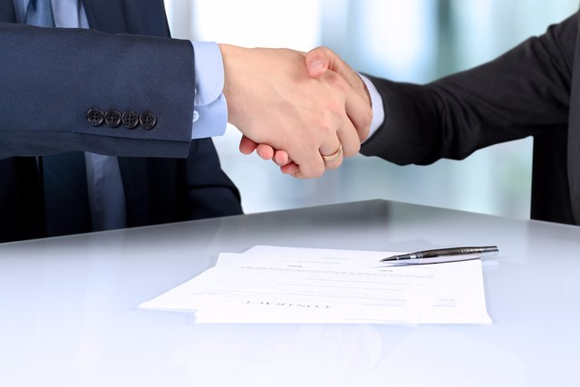 業務委託で営業代行を依頼する時の契約書の注意点と完全成果報酬制と固定報酬制の違い